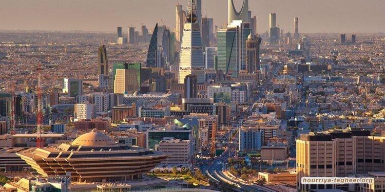 مستشار إماراتي يستحقر السعودية بإبراز عضلات دبي