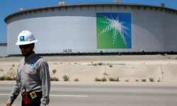 أرامكو تسعى لتأمين قرض بقيمة 7.5 مليار دولار وتخفض إنتاجها لـ 9 مشترين