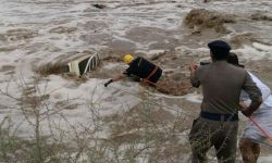 شاب سعودي يخاطر بحياته لإنقاذ طفل جرفته السيول