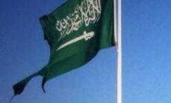 """مواطن يقص """"عبارة التوحيد"""" من علم السعودية"""