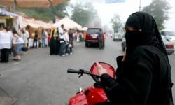 المملكة السعودية تسمح للنساء بقيادة الشاحنات والدراجات النارية