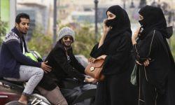 تحرش عدد كبير من الشباب بسيارة فتيات في الرياض