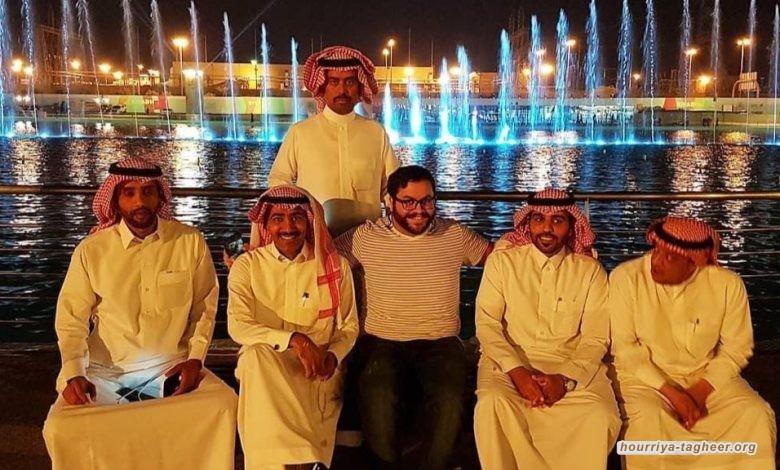 إسرائيلي يتوسط أصدقائه السعوديين ومغردون: (خمسة سادسهم كلبهم)