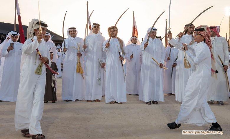 فتاة سعودية تحاول مشاركة الرجال في أداء رقصة العرضة