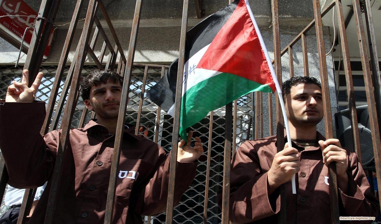 150 فلسطينياً يتعرضون للضرب والإهانات في السجون