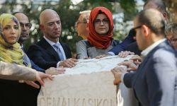 """بيزوس"" ينشر صورة له عند نصب تذكاري لـ""خاشقجي"""