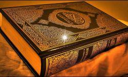 """ما الذي يجري في بلاد الحرمين.. """"شاهد"""" سعودي يدنس القرآن الكريم ويدوسه بقدميه متفاخراً بين أصدقائه!"""