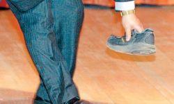 موظف يقاضي مديره الأجنبي بتهمة رميه بالحذاء