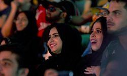 """هيئة الترفيه تعرض مشاهد """"احتضان وبوس"""" أمام السعوديات"""