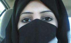 سعودية تُغني وترقص بالنقاب على المسرح في مطعم شهير بجدة