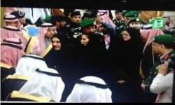امراة تقبل الملك والاعلام يتخبط