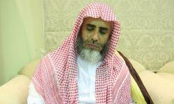 الداعية السعودي عوض القرني يُحاكم على كرسي متحرك